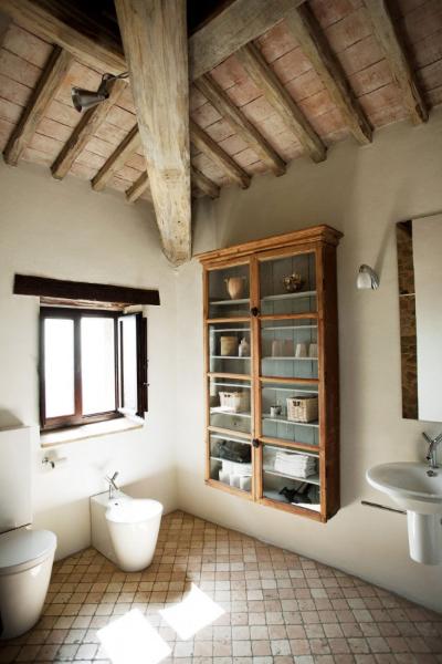 casa-bramasole-2nd-bathroom-600x900